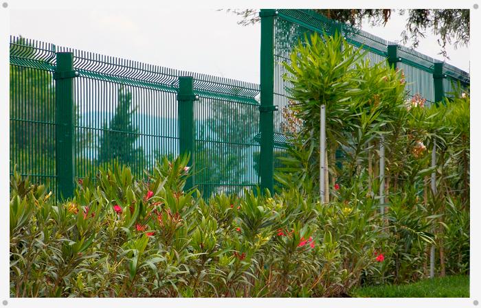 Rejas de acero alttra for Jardines pequenos para escuelas